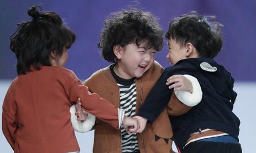 Mẫu nhí 4 tuổi gây sốt sau cú ngã ở tuần thời trang Thượng Hải