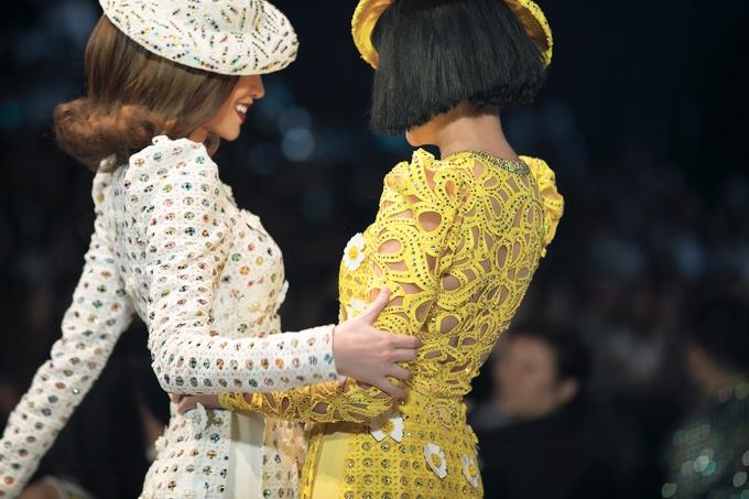 Hồ Ngọc Hà, Thanh Hằng nắm tay nhau catwalk sau 5 năm