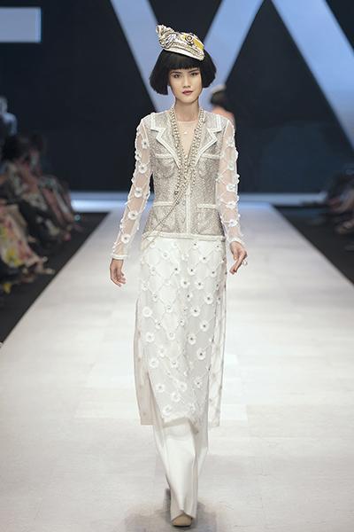 Áo dài của Công Trí cải biến với chất liệu và đường nét từ áo khoác vải tweed của Chanel. Ảnh: Kiếng Cận.
