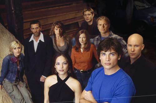 Thị trấn Smallville là phim truyền hình Mỹ trình chiếu phần đầu từ năm 2001, kể về cuộc sống của Siêu Nhân Clark Kent thời niên thiếu. Chuyện phim xoay quanh quá trình phát hiện ra sức mạnh và khám phá nguồn gốc của Clark Kent. Phim kéo dài 10 mùa và nhận được sự đón nhận của khán giá giai đoạn những năm 2000 với khoảng 4 triệu người xem một tập. Thị trấn Smallville nhận nhiều đề cử tại các giải thưởng như Emmys, Teen Choice&