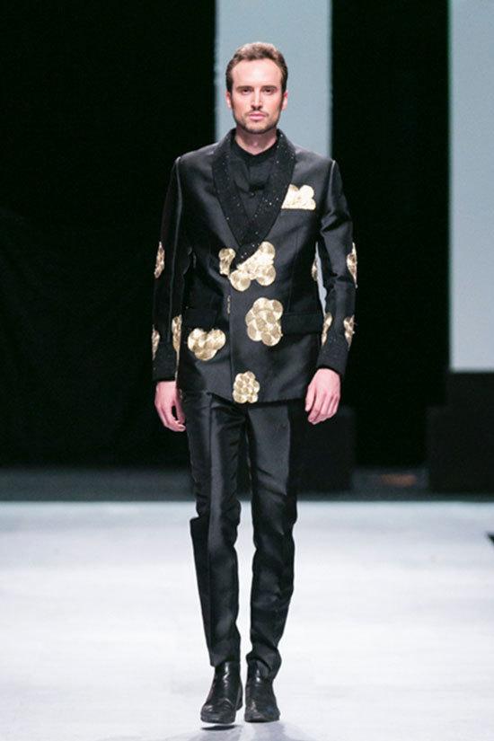 Thúy Vinh tái xuất sàn catwalk với áo dài nam
