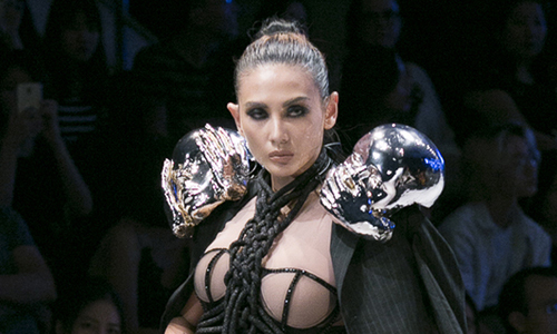 Võ Hoàng Yến diện váy corset làm vedette
