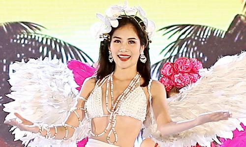Chị gái Nam Em diện bikini catwalk ở Sầm Sơn
