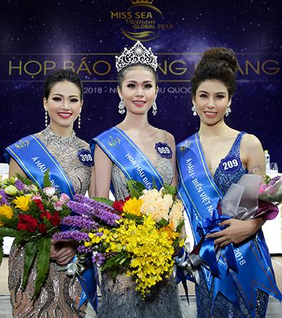 Á hậu 2 Nguyễn Phương Khánh, Hoa hậu Nguyễn Thị Kim Ngọc, Á hậu 1 Nguyễn Ngọc Huyền (từ trái sang) trong buổi gặp gỡ báo chí sau chung kết.