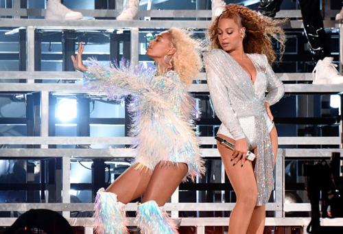 Chị em Beyonce ngã trên sân khấu Coachella