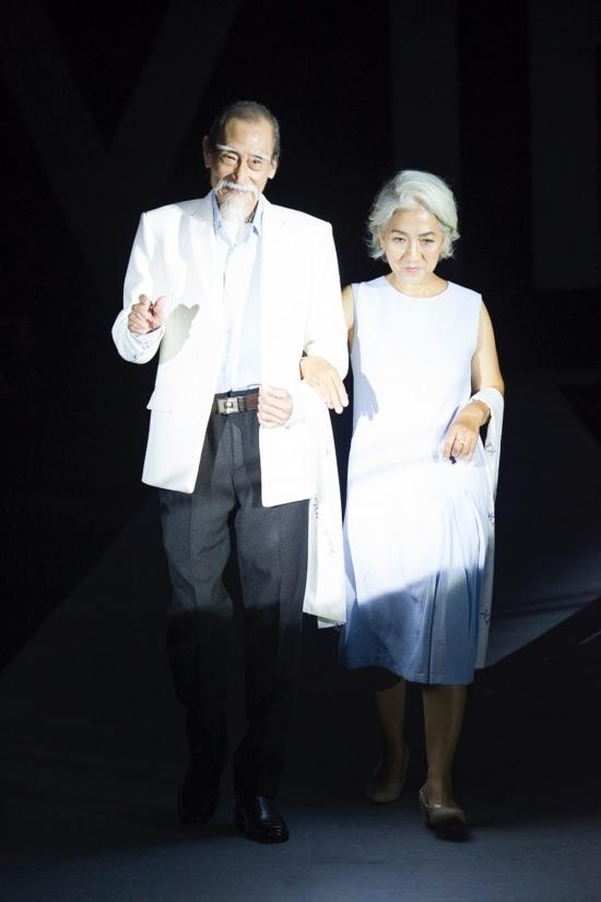 Nghệ sĩ Ưu tú Mạnh Dung catwalk ở tuổi gần 80