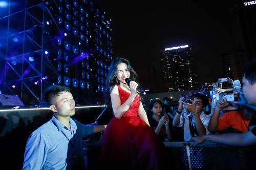 Trước đó, chương trình đã diễn ba đêm ở Hà Nội với sự tham gia của Mỹ Tâm, Hoà Minzy, Đức Phúc, Erik, Hoàng Yến chibi, Yanbi, nhóm nhạc S Girls, Pocket Girls... Sân khấu MonCity thu hút hàng chục nghìn người hâm mộ.