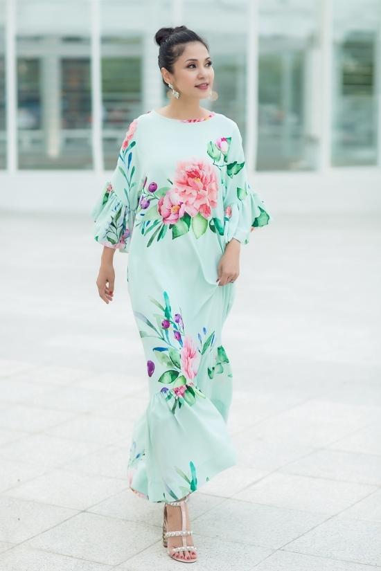 Việt Trinh gợi ý loạt váy hoa dạo phố hè