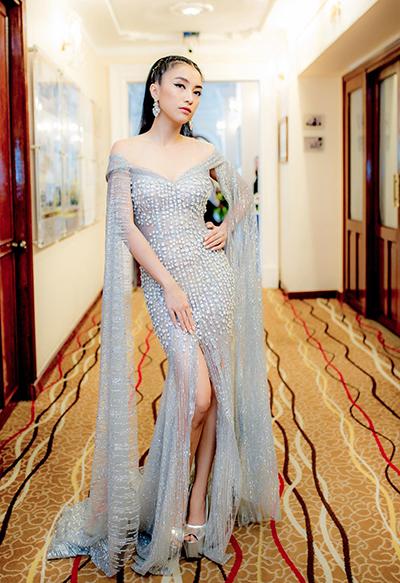 Năm nay, Tiêu Châu Như Quỳnh thường xuyên chọn những kiểu đầm xuyên thấu, đuôi cá hoặc có thiết kế cắt xẻ để tôn hình thể khi đi sự kiện.