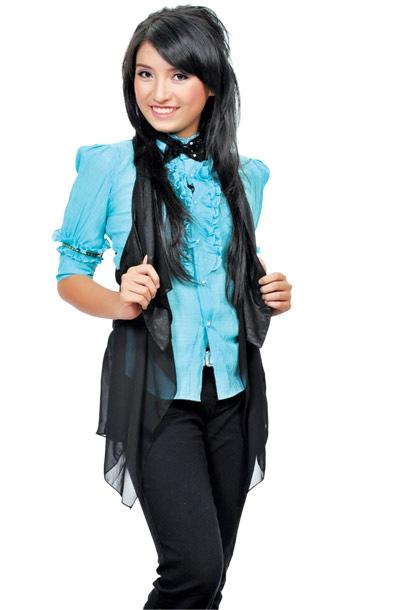 Cô gái 17 tuổi đang trên đường định hình phong cách âm nhạc lẫn gu mặc. Như bao bạn bè đồng trang lứa, Tiêu Châu Như Quỳnh hay diện áo sơ mi, áo phông, quần jeans hoặc kaki. Đôi khi, cô chọn phong cách điệu đàng với áo bèo nhún.