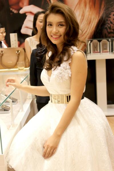 Bước ra khỏi cuộc thi The Voice, cô chọn váy áo nữ tính với kiểu đầm công chúa khi đi sự kiện.
