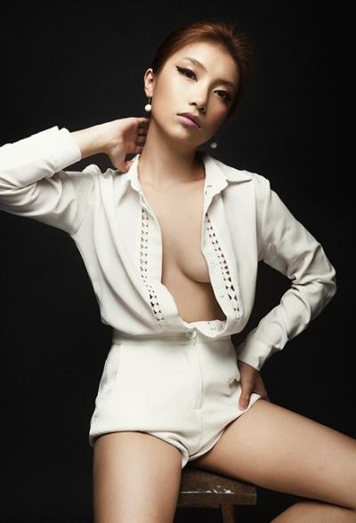 Năm 2015, Tiêu Châu Như Quỳnhchuyển hướng sang hình ảnh trưởng thành với phong cách gợi cảm.