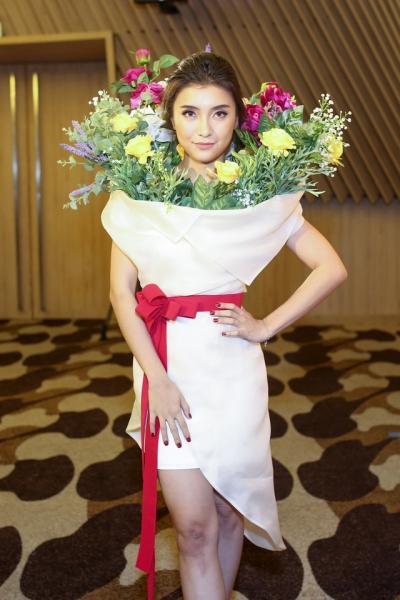 Trong năm ngoái, người đẹp còn gây choáng khi mặc bộ cánh hình bó hoa. Bộ váy bị tố đạo ý tưởng của một thiết kế trong bộ sưu tập Xuân Hè 2018 của Moschino.