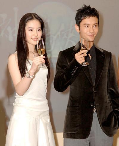 Năm 2006, Huỳnh Hiểu Minh nổi tiếng khắp châu Á với vai Dương Quá trong Thần điêu đại hiệp, đóng cùng Lưu Diệc Phi. Năm 2007, phim Tân Bến Thượng Hải do Hiểu Minh đóng chính dẫn đầu tỷ lệ người xem ở Trung Quốc. Sina đánh giá giai đoạn này không tài tử Trung Quốc nào sánh được Huỳnh Hiểu Minh, anh ngồi vững vị trí anh cả của làng truyền hình Trung Quốc.