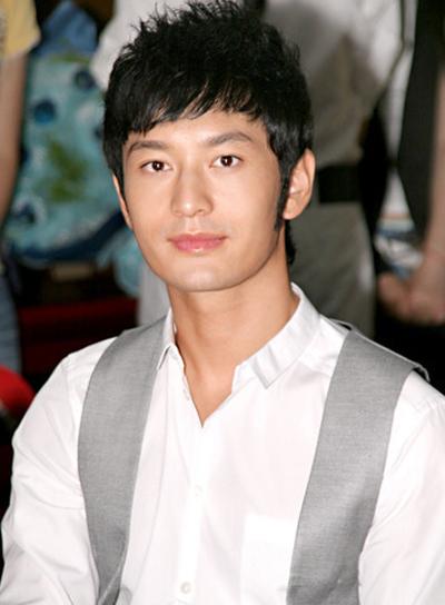 Hiểu Minh quảng bá phim Lộc Đỉnh Ký năm 2009.