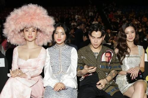 Phương Trinh với chiếc mũ lấn át người ngồi cạnh.