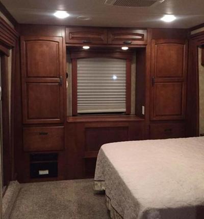 Bên cạnh giường ngủ có các tủ gỗ đựng đồ đạc.