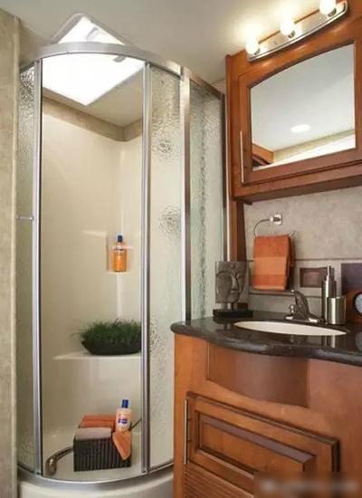 Phòng tắm phục vụ chủ nhân mỗi khi đóng phim xa khách sạn.
