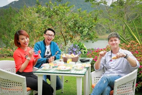 Bộ ba dùng bữa sáng trong khung cảnh thiên nhiên thơ mộng.