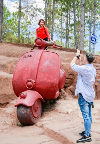 Huỳnh Anh giúp bạn gái cũ chụp ảnh.