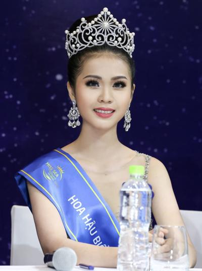 Kim Ngọc rạng rỡ trong buổi họp báo sau đêm chung kết tối 21/4.