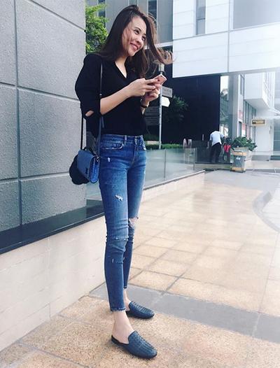 Đàm Thu Trang chuộng phối váy áo với giày, dép bệt