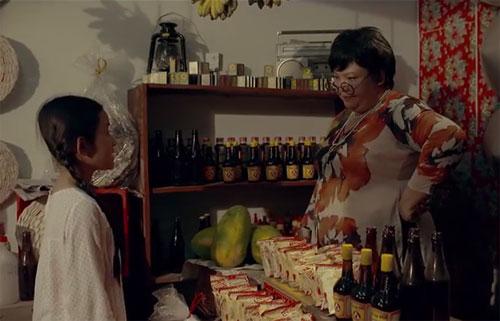 Hình ảnh tiệm tạp hóa của dì Bảy trong MV gây ấn tượng với khán giả 8x vì như bước ra từ những ngày xưa