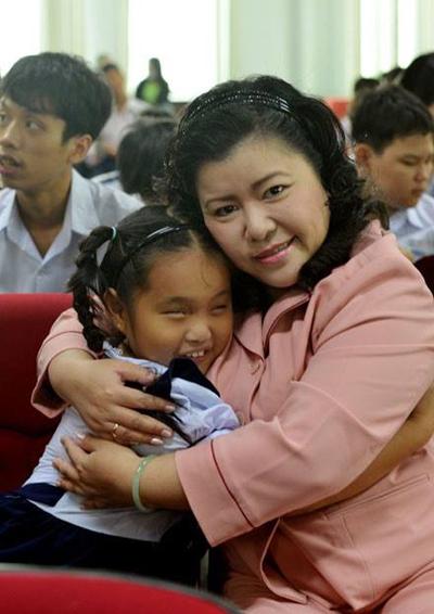 Chị Nguyễn Hướng Dương bên em nhỏ khuyết tật.
