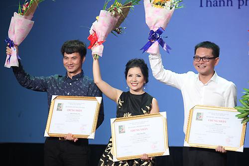 Từ trái sang: NSƯT Xuân Bắc, Ngọc Trinh, NSND Trung Hiếu đại diện đơn vị nhận giải Vở diễn xuất sắc. Ảnh: Mai Nhật.