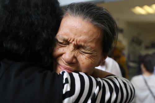 Mẹ của Hướng Dương khóc mỗi khi có người đến hỏi thăm.