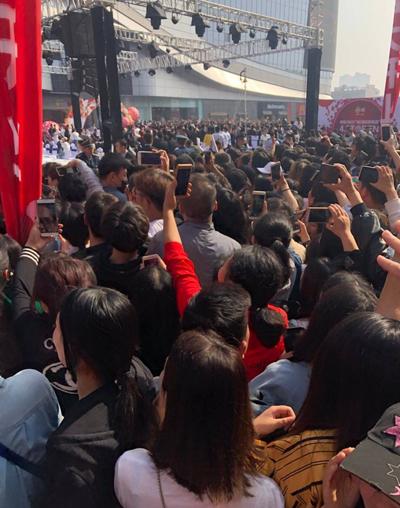 Khán giả chen chúc để ghi hình thần tượng.