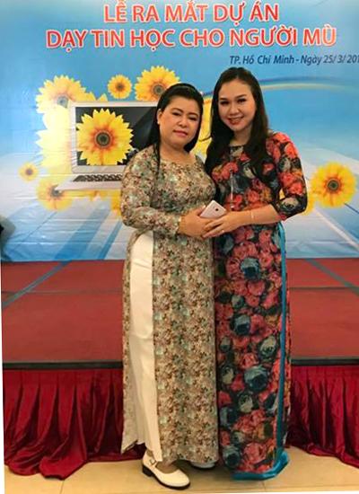 Chị Nguyễn Hướng Dương (trái) bên MC Xuân Hiếu trong một lần hoạt động cộng đồng.
