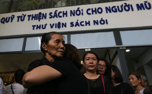 Nhiều người ôm chia buồn nỗi mất mát với mẹ chị Hướng Dương.
