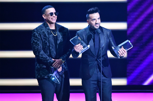 Daddy Yankee (trái) và Luis Fonsi nhận giải Billboard Latin 2018.