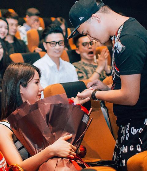 Diệp Lâm Anh xúc động trước hành động cầu hôn của bạn trai.