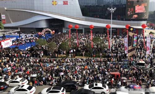 Theo Sina, Lâm Chí Dĩnh có kế hoạch tham gia sự kiện và họp fan tại tỉnh Hà Namsáng 27/4. Khoảng6.000 người đổ đến trung tâm thương mạiđể gặp thần tượng. Fan tràn xuống đường, gây ách tắc giao thông.