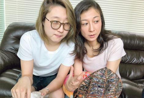 Ngô Trác Lâm và mẹ - Ngô Ỷ Lợi.