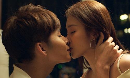 Jun Phạm và Khả Ngân có nhiều nụ hôn màn ảnh lãng mạn trong phim.