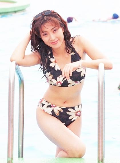 Loạt ảnh bikini của Yoon Ah được nhiều fan truyền tay nhau. Họkhen cô có thân hình chuẩn, là một trong số ít nghệ sĩ nữ giai đoạn này dám khoe thân thể với áo hai mảnh.