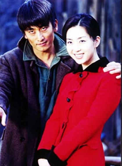 Năm 1999, Song Yoon Ah gây sốt châu Á khi vào vai nữ chính Han Yeon Ji trong phim kinh điển - Ông trùm - đóng cặp Cha In Pyo. Nhân vật của cô xinh đẹp, dịu dàng, lớn lên trong gia đình địa chủ nhưng sớm va vấp với đời vì món nợ cờ bạc do cha để lại. Với tham vọng kiếm tiền trả nợ và gây dựng lại gia đình, Yeon Ji lên Seoul kiếm sống bằng mọi cách, thậm chí trở thành kỹ nữ và trải qua những năm tháng tù tội tủi hổ. Tình yêu với ông trùm Kim Choon Sam cho cô sức mạnh. Dù mối tình ấy có lúc gián đoạn vì biến cố, cuối cùng họ vẫn nắm tay nhau đi qua những tháng năm loạn lạc.