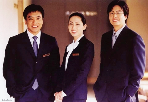 Phim Người quản lý khách sạn (2001) là tác phẩm nổi bật nhất của Song Yoon Ah sau thập niên 2000. Cô vướng tình tay ba với hai tài tử Bae Yong Joon (trái) và Kim Seung Woo (phải). Đây cũng là một trong những dự án giúp Bae Yong Joonthành niềm tự hào của điện ảnh Hàn Quốc suốt hơn 20 năm qua.Song Yoon Ah từng có mối tình đẹp vớiAhn Jae Wook- nam chính phim Ước mơ vươn tới một ngôi sao. Tuy nhiên,khi sắp tổ chức đám cưới, cả hai tuyên bố chia tay mà không nói lý do. Kể từ khiđường ai nấy đi, họ luôn tìm cách né tránh nhau cả trong cuộc sống lẫn trên phim ảnh. Cả hai từng tuyên bốkhông đóng phimcùng nhau. Năm 2009, côkết hôn với nam diễn viên đã qua một đời vợ - Sol Kyung Gu. Sau hơn 9 năm gắn bó, cả hai có một con và sống hạnh phúc.