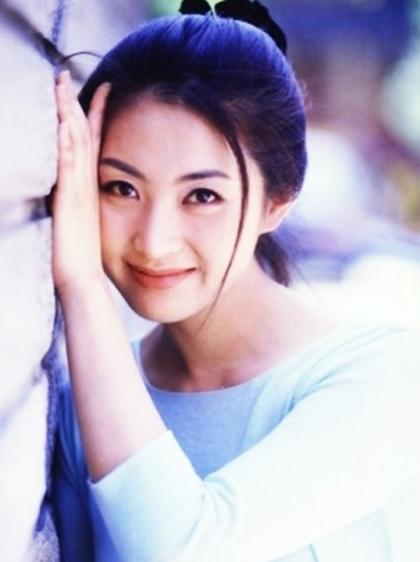 Giai đoạn 1995-1998, Song Yoon Ah xuất hiện trên nhiềutrang bìa tạp chí danh tiếng và chương trình truyền hình. Theo Daum, côthành công cả với vai phản diện lẫn hiền lành nhờ ngoại hình nổi bậtvà tài diễn xuất đa dạng. Các phim Nước mắt của rồng (1996),Love (đóng cặp Jang Dong Gun) và Chàng trai đáng yêu (1998)... có sự góp mặt của cô đềuđược công chúng quan tâm.