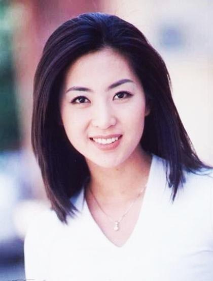 Naver cho biết, người dân trầm trồ khen ngợi nhan sắc của Yoon Ah khi tình cờ thấy các poster quảng cáo. Họ viết thư gửi đến tận công ty quản lý của cô bày tỏ niềm hâm mộ.