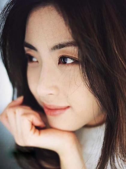 Đạo diễnKi Hong Ja của phim Chàng trai đáng yêu khen Song Yoon Ah đẹp trong từng góc máy. Cô ấy gây chú ý ởmọi khung hình. Sóng mũi cao thẳng, đôi mắt có chiều sâu và mái tóc ngang vai khiến Yoon Ah thậtnổi bật, ông nói.