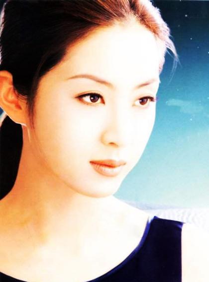 Mỹ nhân họ Song đắt show quảng cáo, các poster cận cảnh đường nét khuôn mặt cô xuất hiện nhiều trên đường phốSeoul giai đoạn ấy.