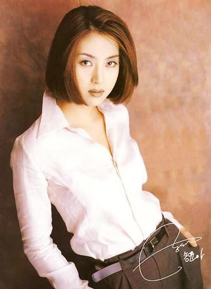 Song Yoon Ah thuởphong cách trang điểm tóc nâu môi trầm lên ngôi. Cô thường xuất hiện với gu mặccá tính hoặckết hợp áo sơ mi trắng đơn giản và quần kaki.