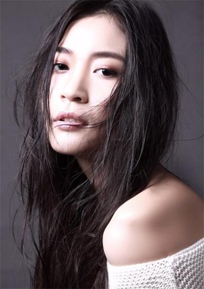 Trên trang cá nhân, Tần Mỹ Tú nói cô từng theo học Trường Alberta ở Canada. Tại đây, cô có được cơ hội theo đuổi nghề người mẫu ở Canada, Italy và Hàn Quốc.