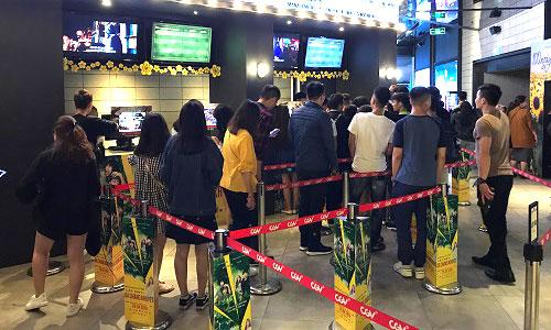 Tại một cụm rạp lớn ở Hà Nội, khán giả xếp hàng mua vé Avengers: Infinity Warlúc gần 22h đêm 28/4. Nhiều ngườichọn xem suất cuối cùng trong ngày, bắt đầu gần nửa đêm và kết thúc lúc hơn 2h sáng (do phim có thời lượng 150 phút).