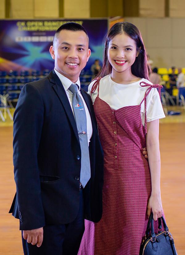 Phan Hiển hôn Khánh Thi khi đoạt Cup khiêu vũ thể thao