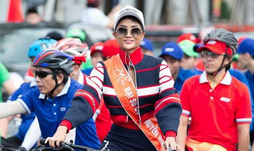 Hoa hậu H'Hen Niê đạp xe cùng nguời dân TP HCM